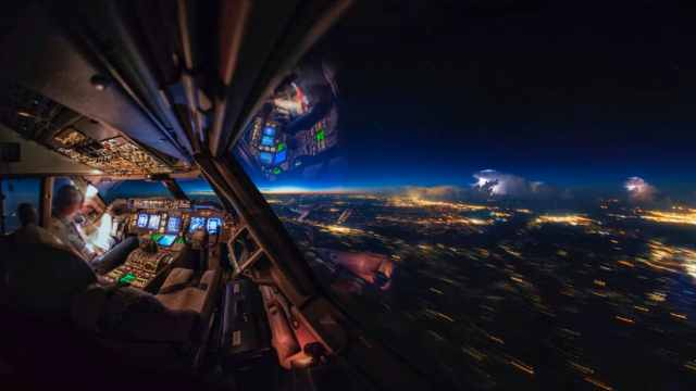http_cdn.cnn.comcnnnextdamassets180108101452-1-cockpit-sunrise-thunderstorms-vanheijst-cnn